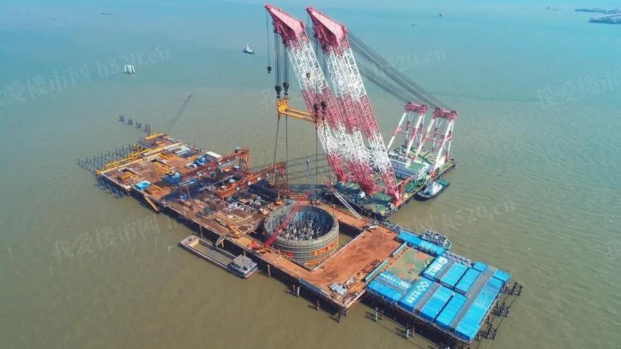 深中通道项目伶仃洋大桥西索塔首个钢吊箱成功下放
